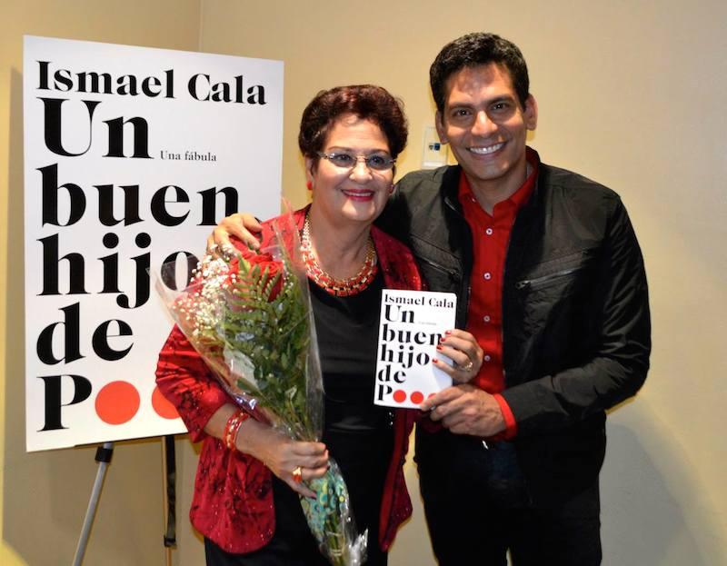 Ismael junto a su madre, Tania López, en la presentación en la Feria del Libro de Miami.